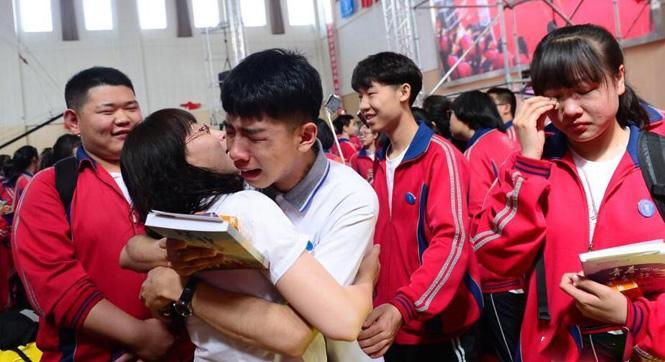 内蒙古一中学为高三学生举行毕业典礼