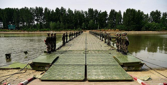 舟桥兵是如何在京杭大运河上架设浮桥的