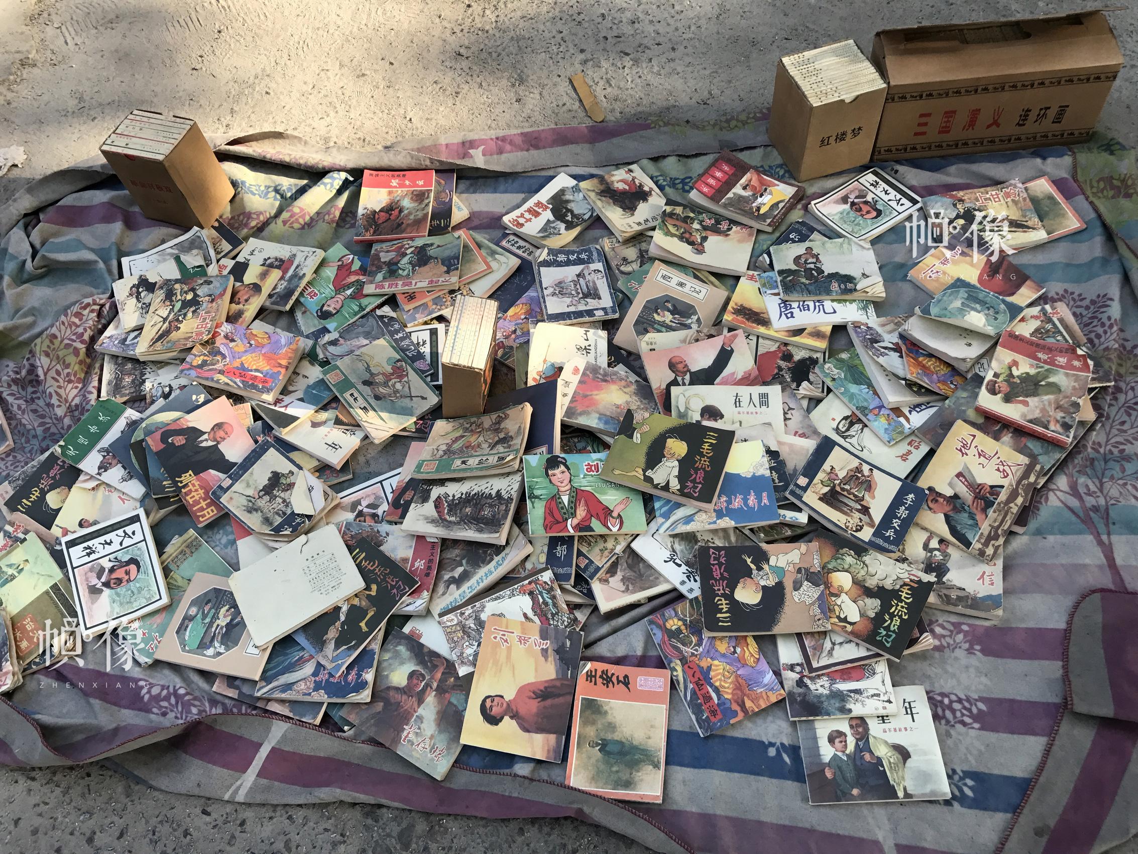 北京北海公园门口的路旁,摆放着一些旧书的书摊。 中国网记者 吴静 摄