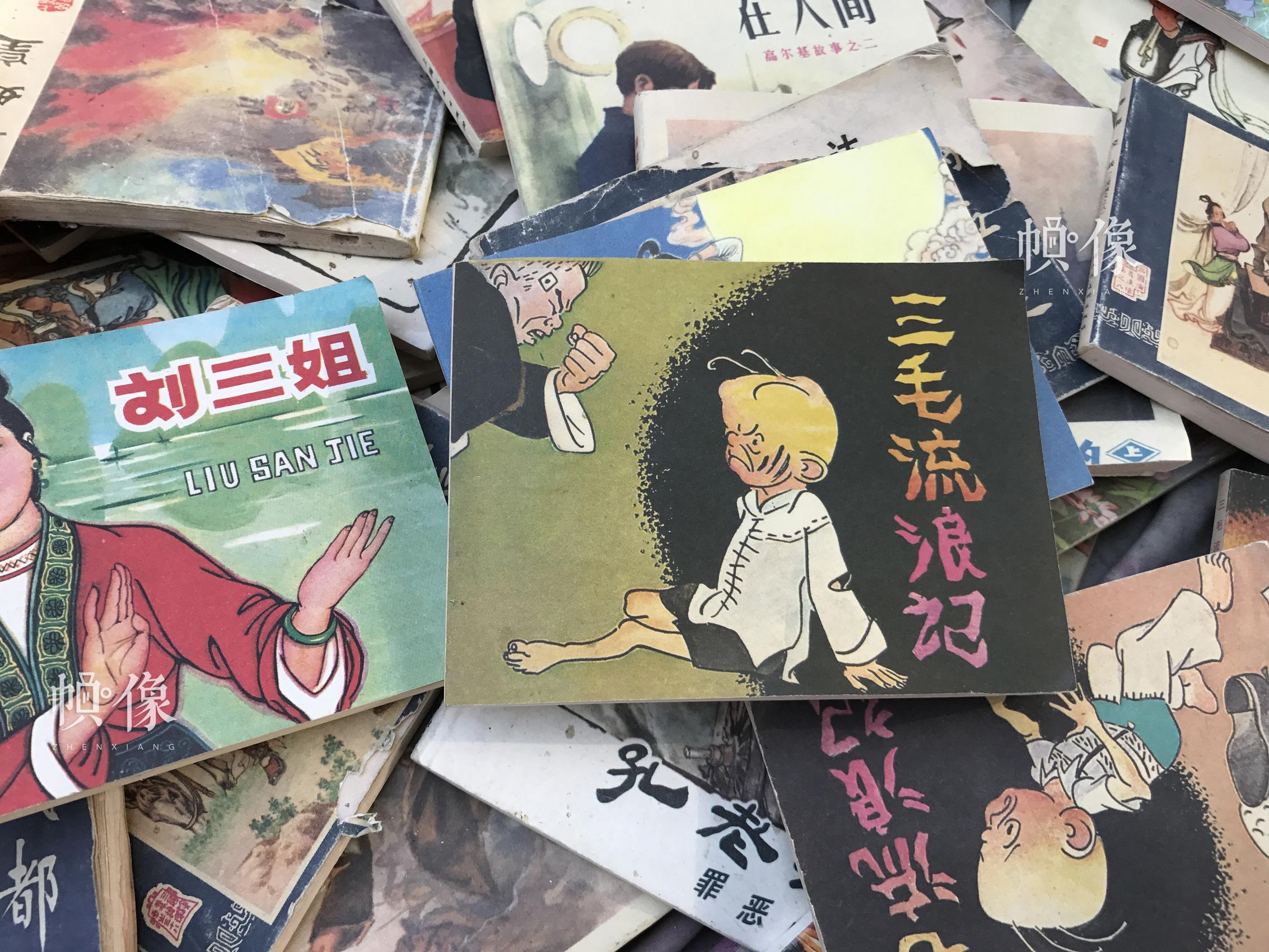 北京北海公园门口的路旁,书摊上的旧书。 中国网记者 吴静 摄
