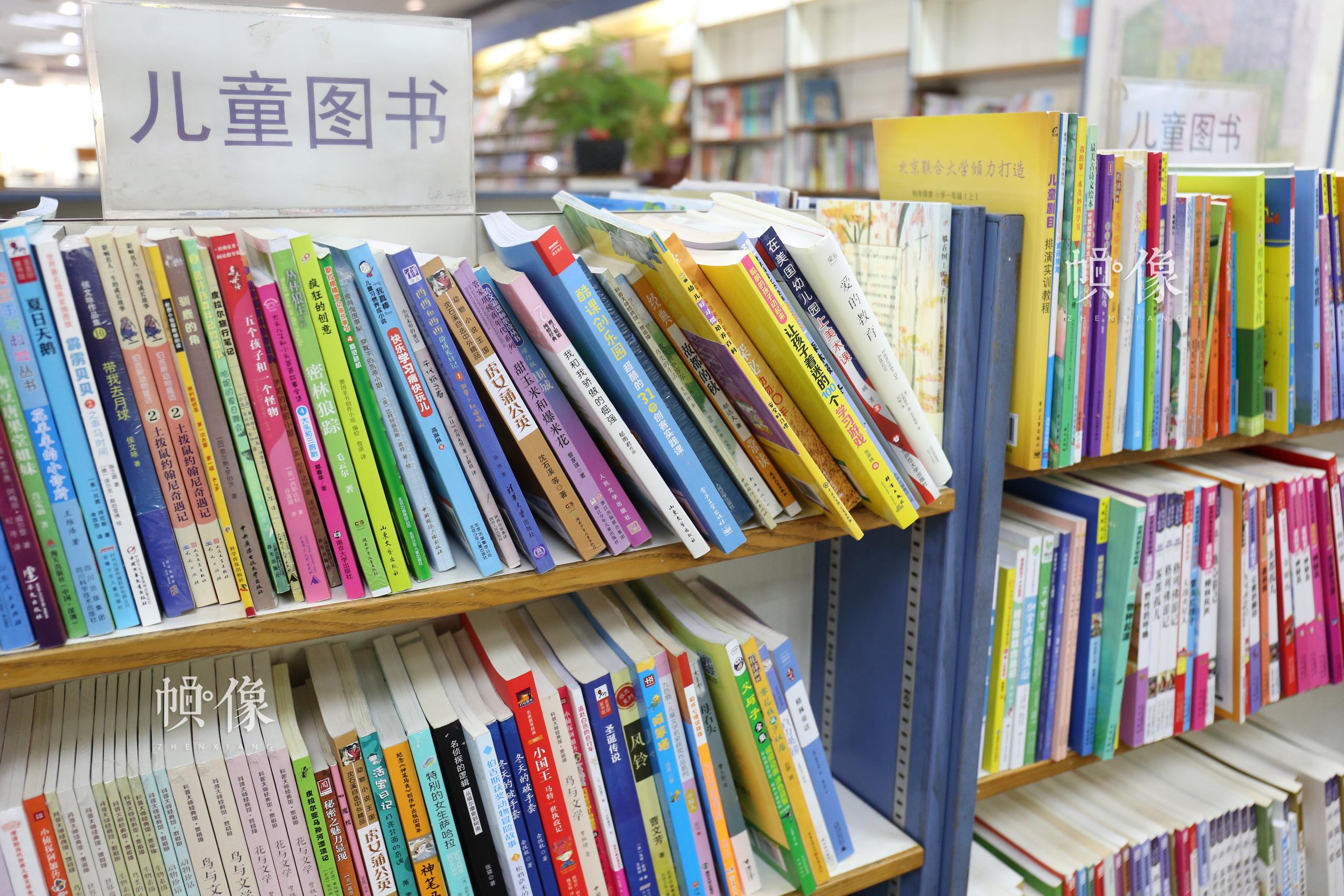 图为北京三联书店美术馆店一角陈列的儿童图书。 中国网记者 赵超 摄