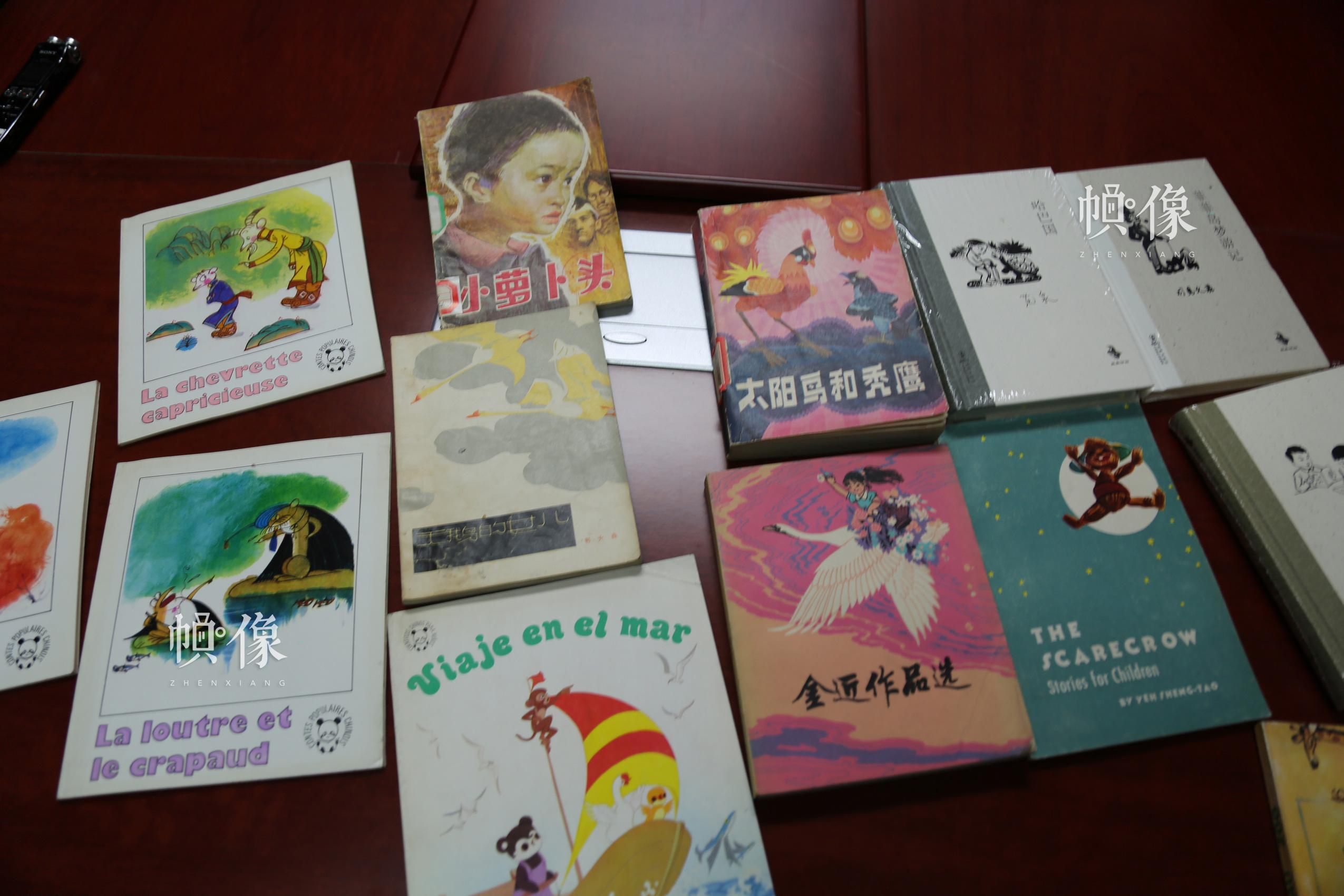 图为海豚出版社出版的一些图书。 中国网记者 赵超 摄