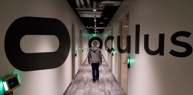 扎克伯格造访Oculus实验室:大秀VR手套