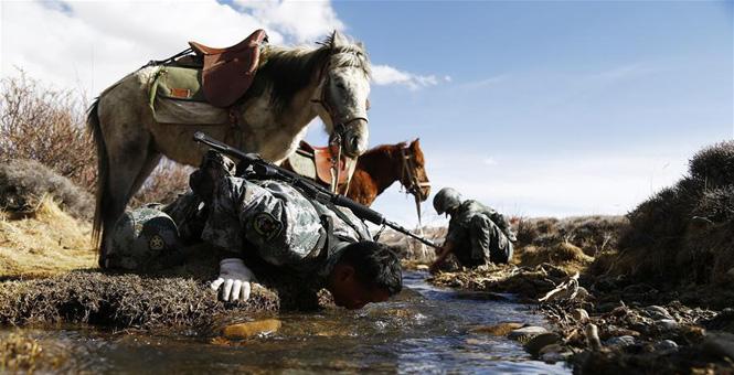边防战士骑马巡逻守边关