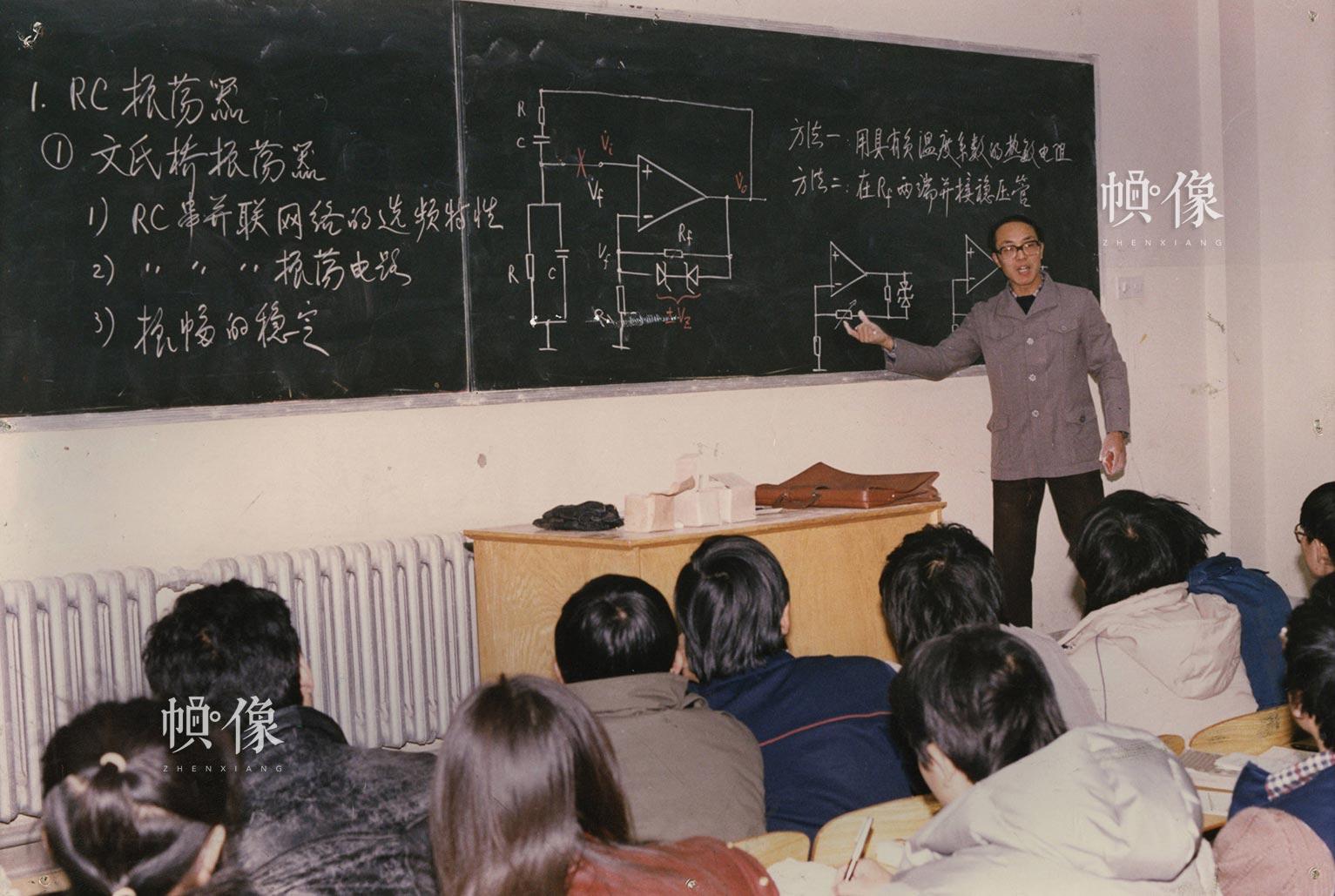 胡东成教授在课堂讲授《模拟电子技术》课程。