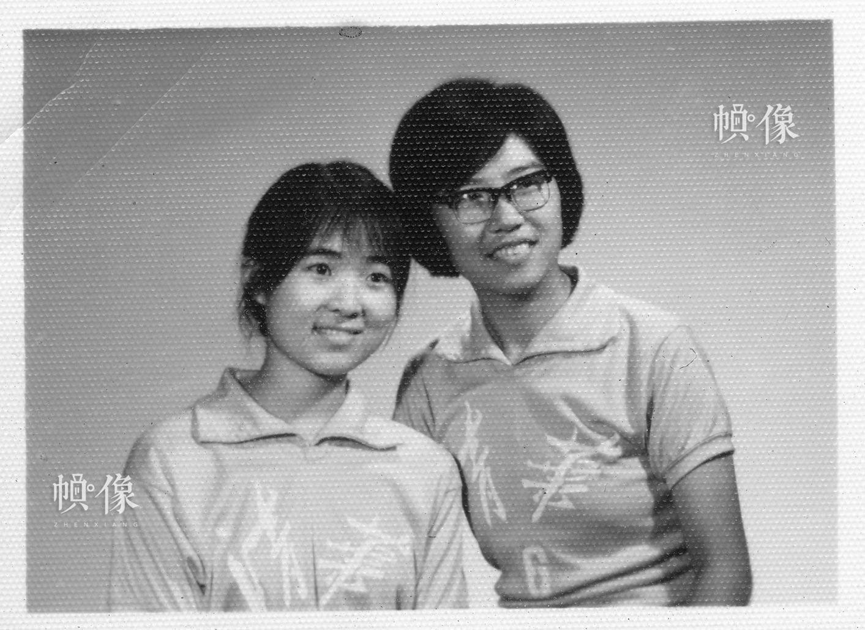 清华大学1977级自动化系学生韩景阳与排球队同学合影。