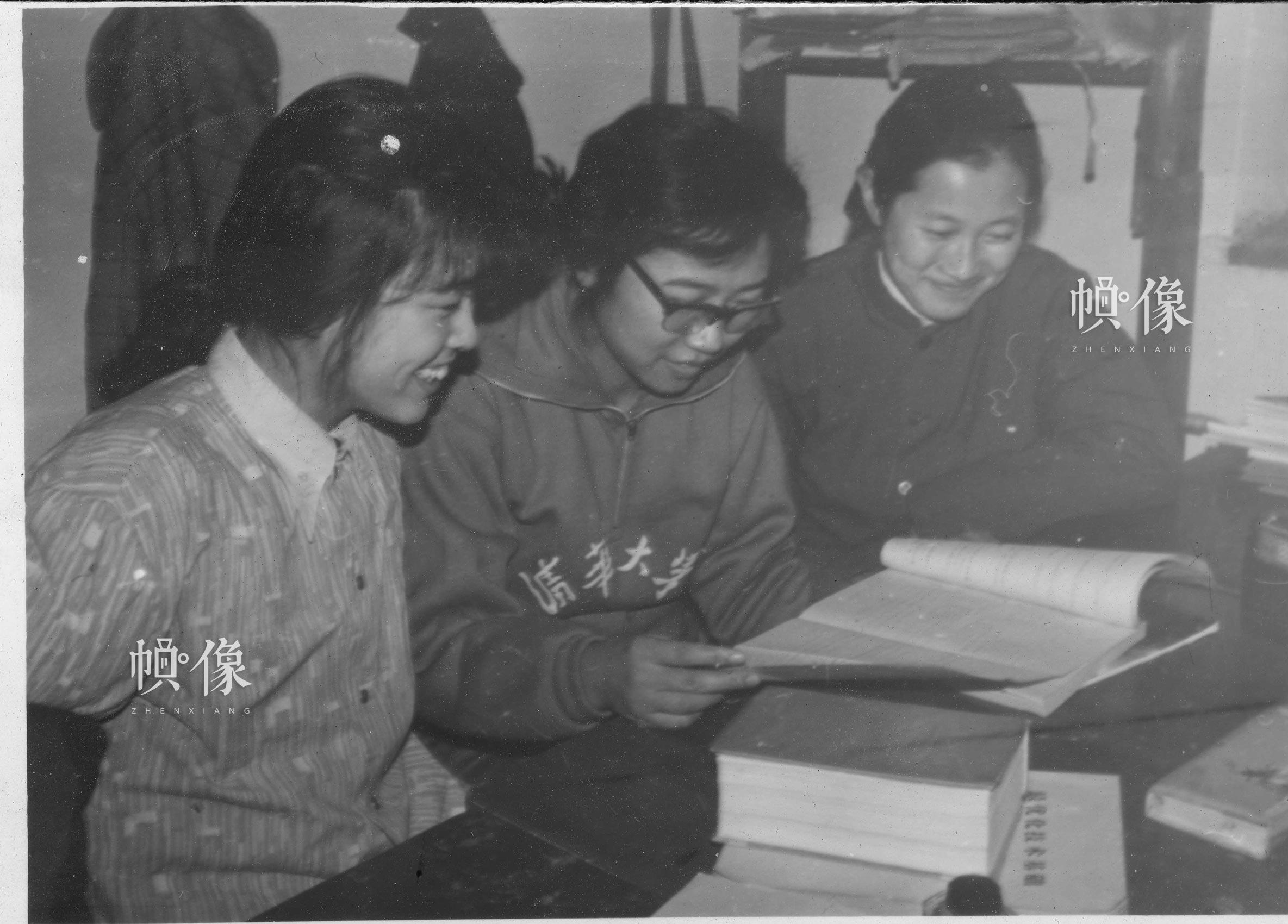 清华大学1977级自动化系学生韩景阳与室友在宿舍内学习。