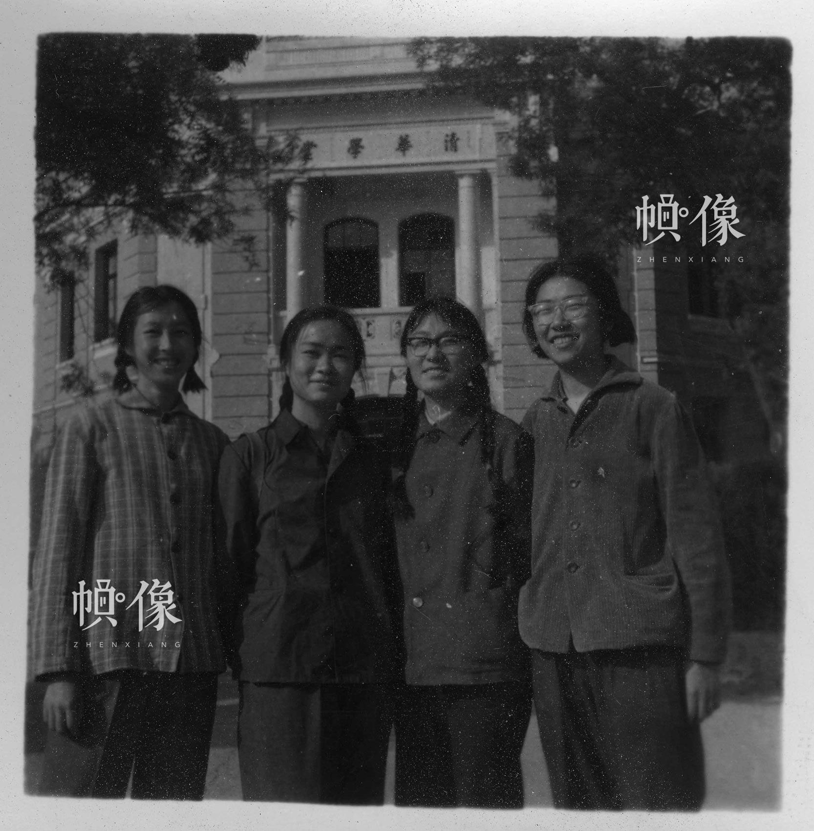 清华大学1977级自动化系学生在清华园内合影。