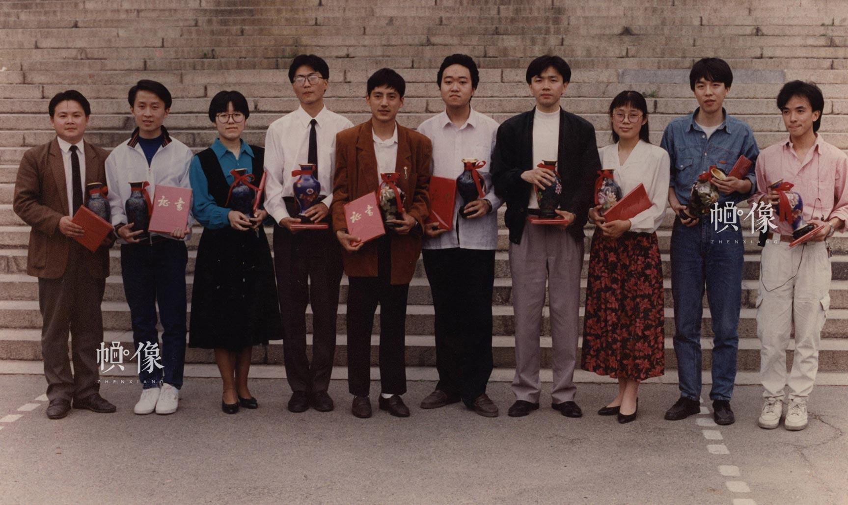 """首届""""清华学生十杰""""评选揭晓,自动化系博士生张佐(右三)名列榜首。"""