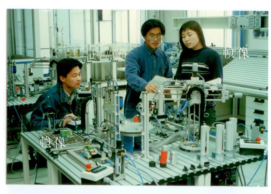 自动化系研究生在实验室做运动控制实验。