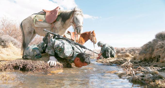 海拔5000多米的边防巡逻,战士趴小溪边饮水
