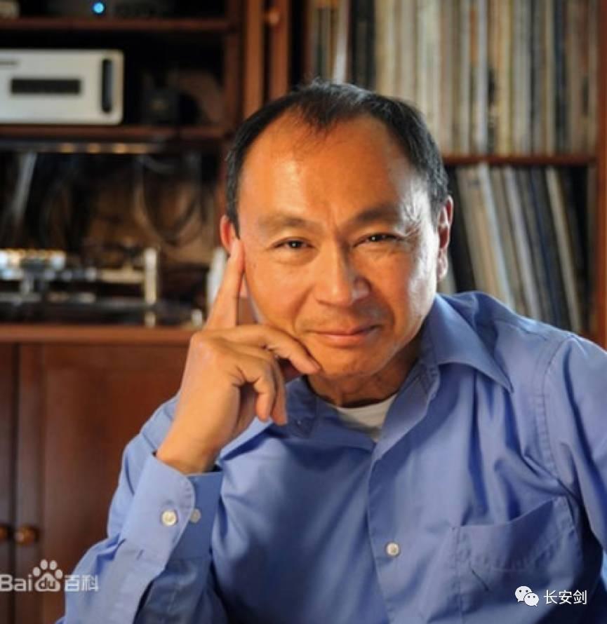 弗朗西斯·福山,日裔美國學者,哈佛大學政治學博士,現任約翰霍普金斯大學、保羅·尼采高級國際問題研究院,代表作《歷史的終結》。