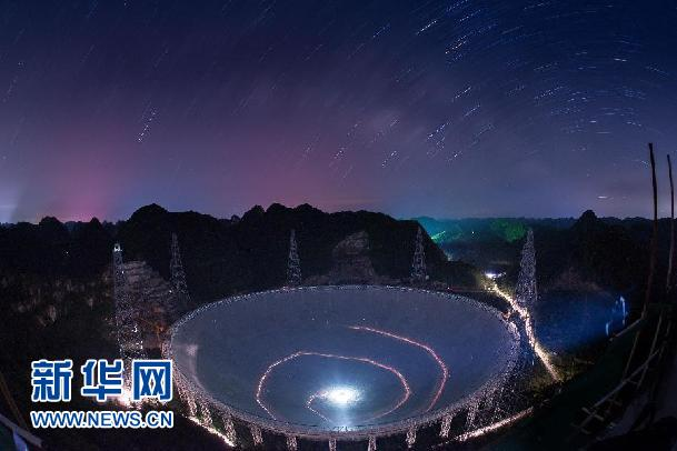 FAST在满天繁星下呈现出的美丽景观(6月27日摄)。新华社记者 刘续摄