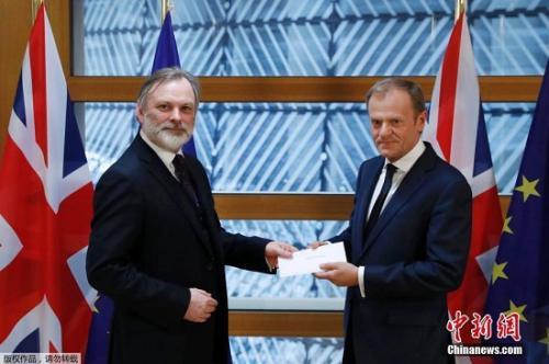 """当地时间3月29日午间,英国启动""""脱欧""""程序的信函被递交至欧洲理事会主席图斯克手中。由此,英国与欧盟之间的""""分手""""谈判将正式展开。"""