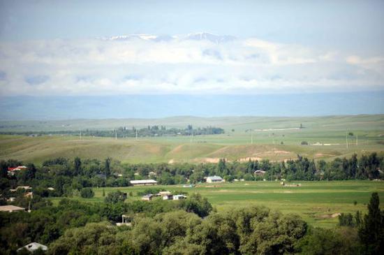 资料图:哈萨克斯坦阿拉木图市50公里外的一个村庄绿树掩映,草木青翠 新华社记者沙达提摄