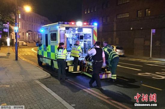 当地时间6月18日,一辆货车在英国伦敦芬斯伯里公园附近冲撞行人,造成多人受伤。英国警方称,有一人已被逮捕。据报道,事发地点接近芬斯伯里公园车站及附近一处清真寺。许多人目前正在现场进行紧急处理。