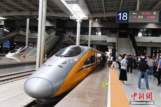 6月2日,隨著一列動車檢測車從寶雞南站駛出,一路向西開往蘭州西站,標誌著中國首條貫通絲綢之路經濟帶的高鐵——寶(寶雞)蘭(蘭州)高鐵進入全線拉通試驗階段,為寶蘭高鐵開通運營奠定了基礎。楊艷敏 攝