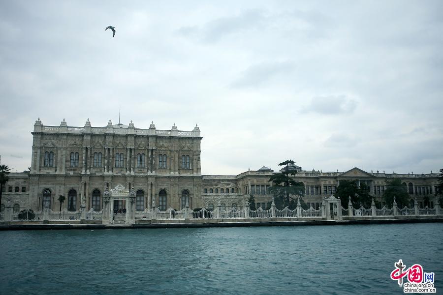 多玛巴赫切宫位于博斯普鲁斯海峡岸边