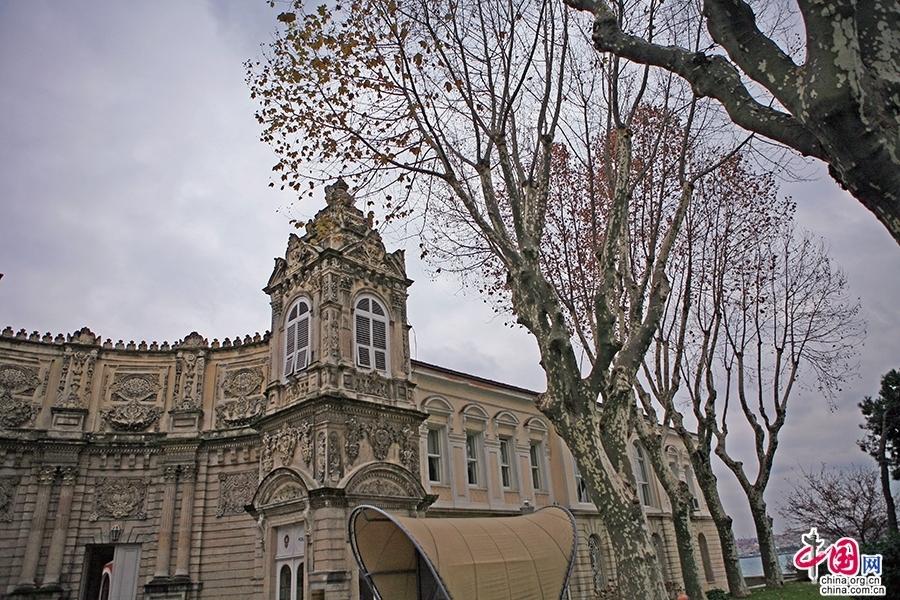 多玛巴赫切宫大门两侧是华丽的钟楼
