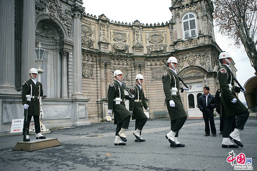 多玛巴赫切宫正门前的换岗仪式