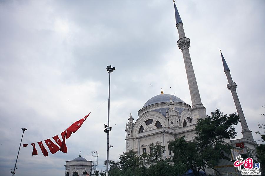 多玛巴赫清真寺拥有两支宣礼塔