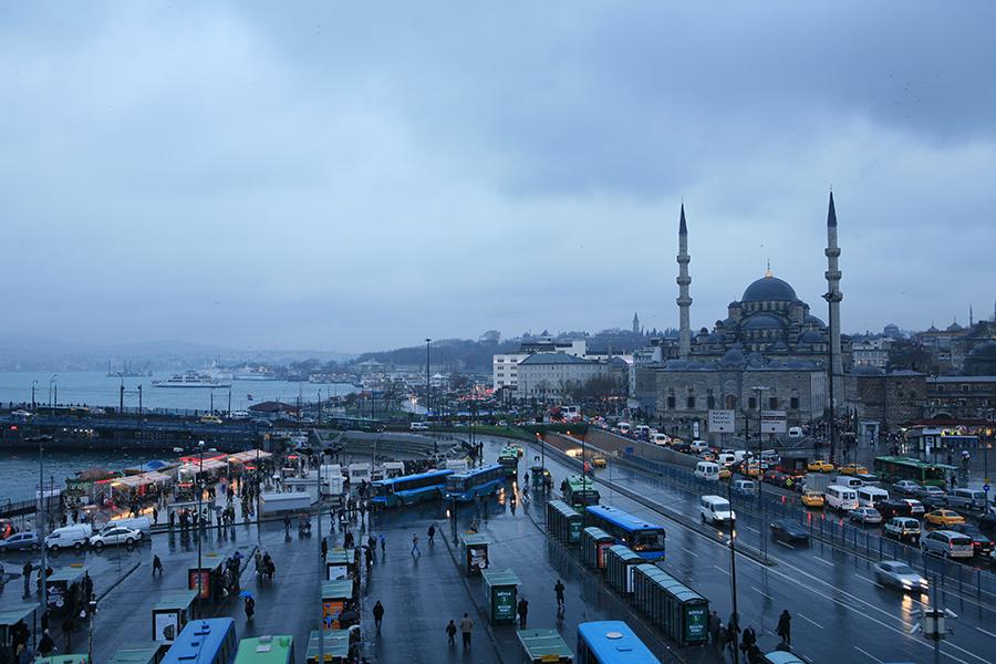 耶尼清真寺上覆層層疊疊的穹頂