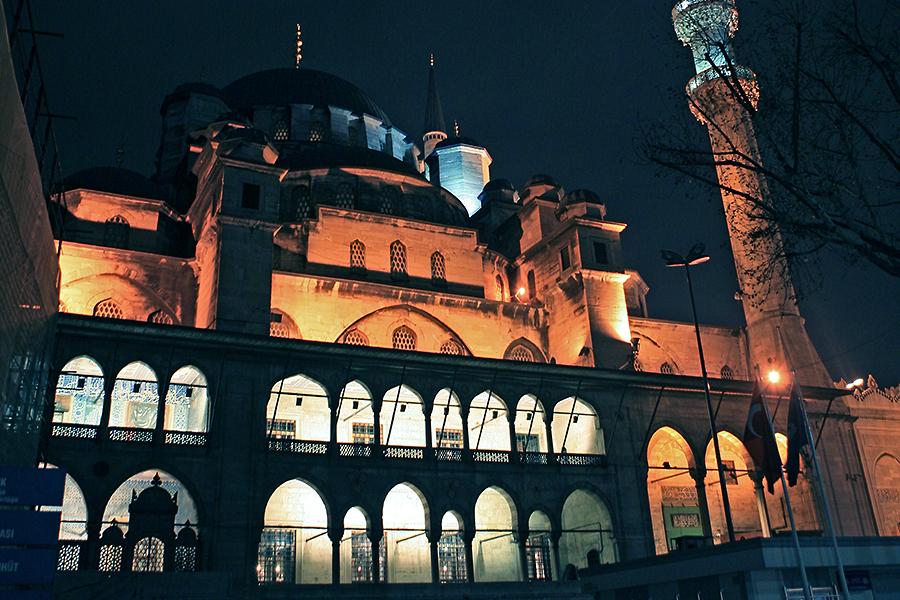 耶尼清真寺有一个巨大的前庭