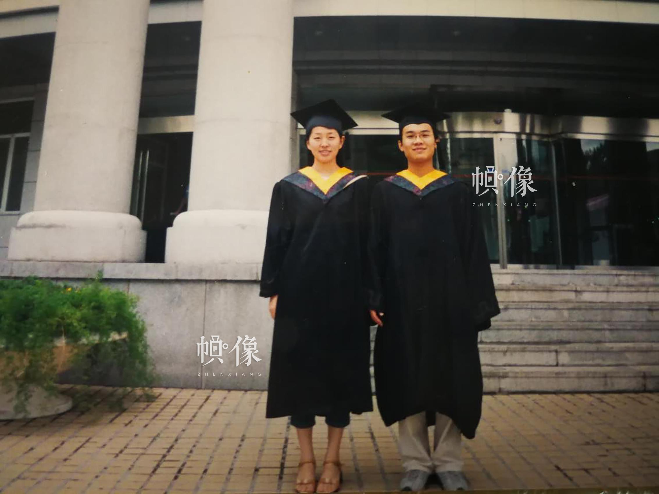 2004年,朱廷方(右)毕业于哈尔滨工业大学。