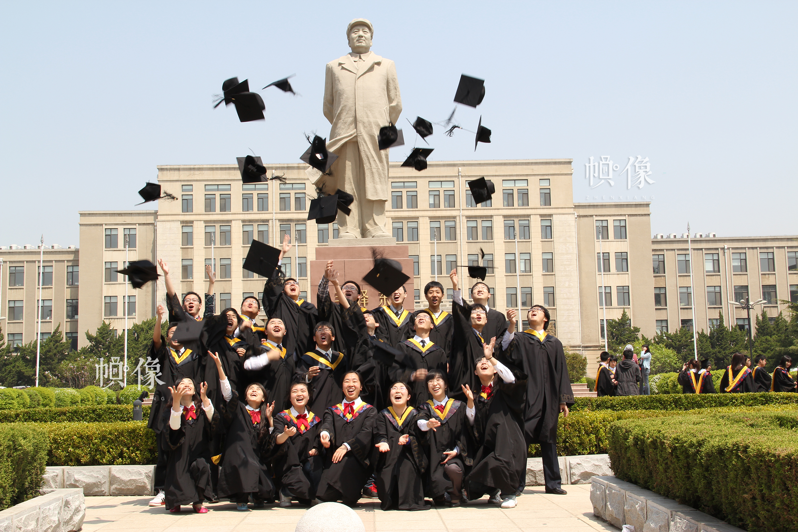2011年,肖子扬(前排左一)大连理工大学本科毕业与同学合影留念。
