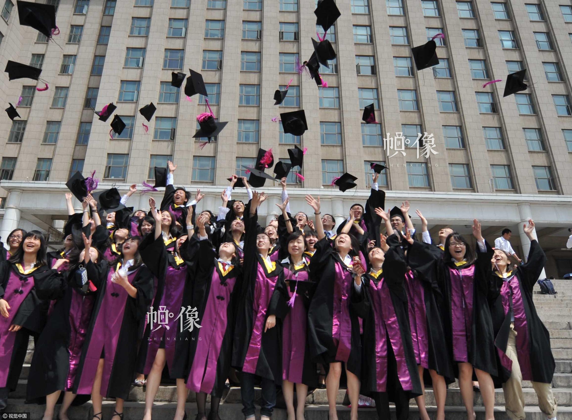 2011年6月27日,清华大学迎来毕业季,不少毕业学生即将离开母校,为留下珍贵的记忆,学生们争相拍摄集体照。视觉中国供图