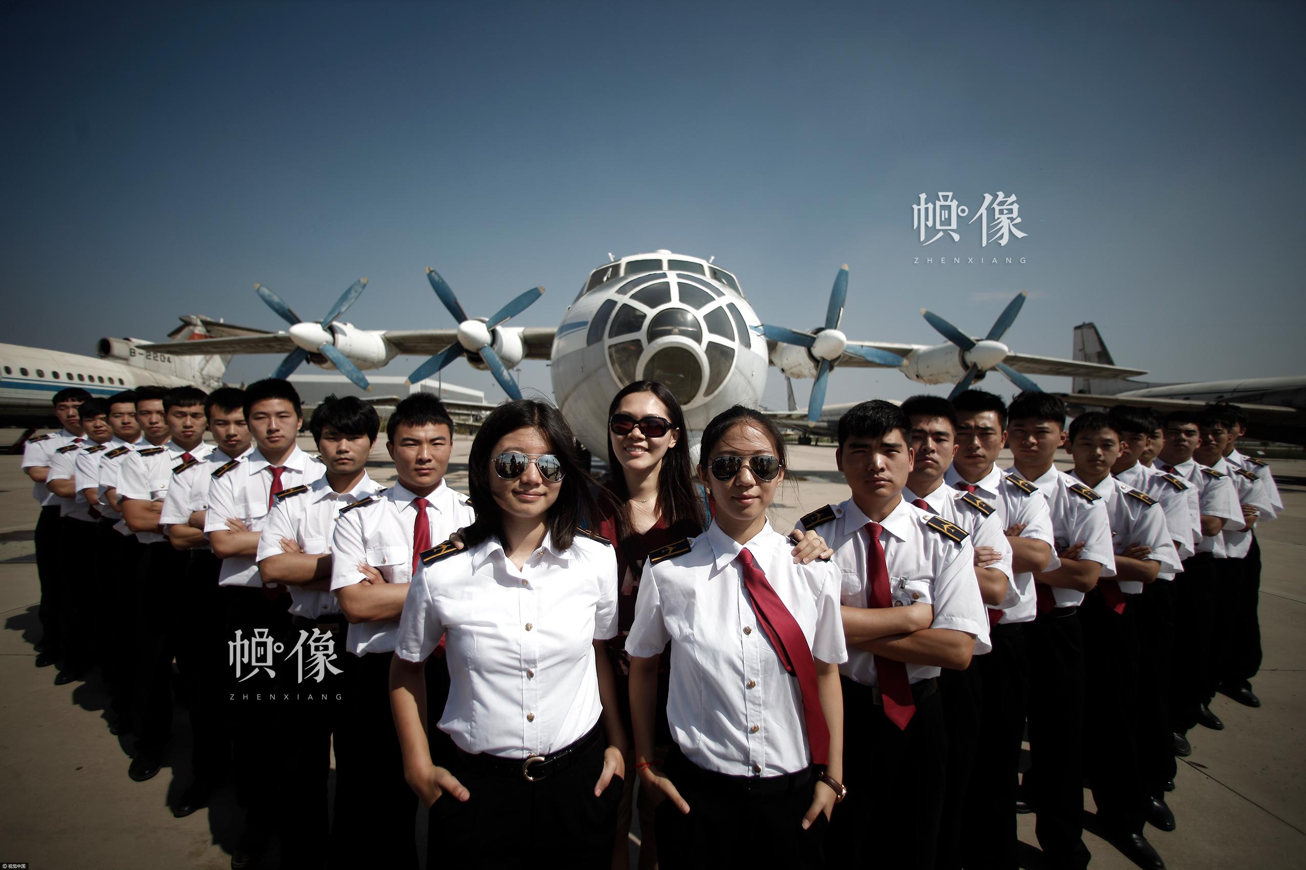 2015年06月11日,天津,一年一度的毕业季如约而至,学子们纷纷在校园内拍摄毕业照,为青春留下最美的记忆。中国民航大学3位90后美女飞行员毕业生身着统一制服,在校园内拍摄个性毕业照,霸气十足。视觉中国供图