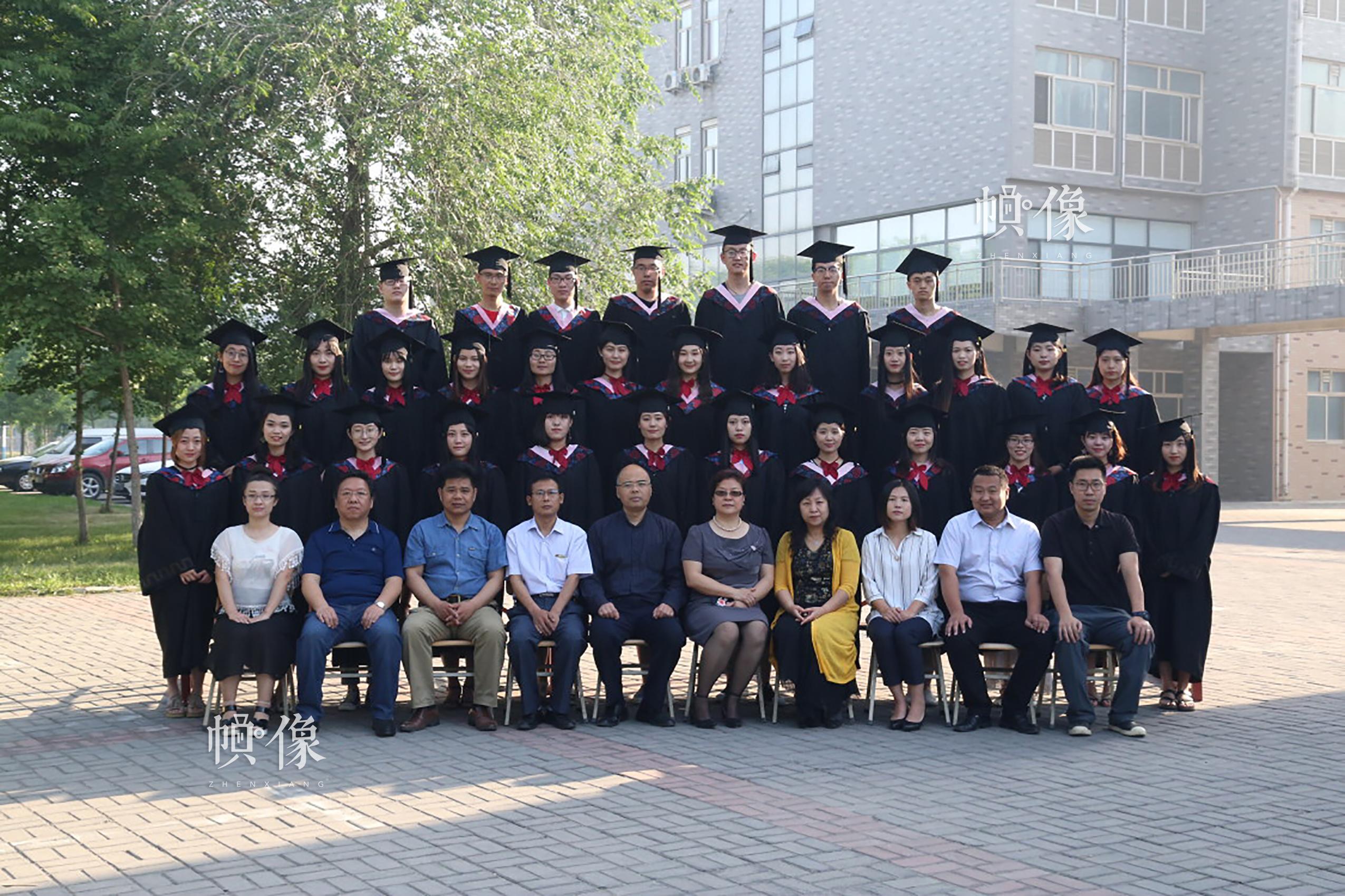 2017年5月,河北科技大学新闻系王鑫(后排从左至右第五位)毕业合影。