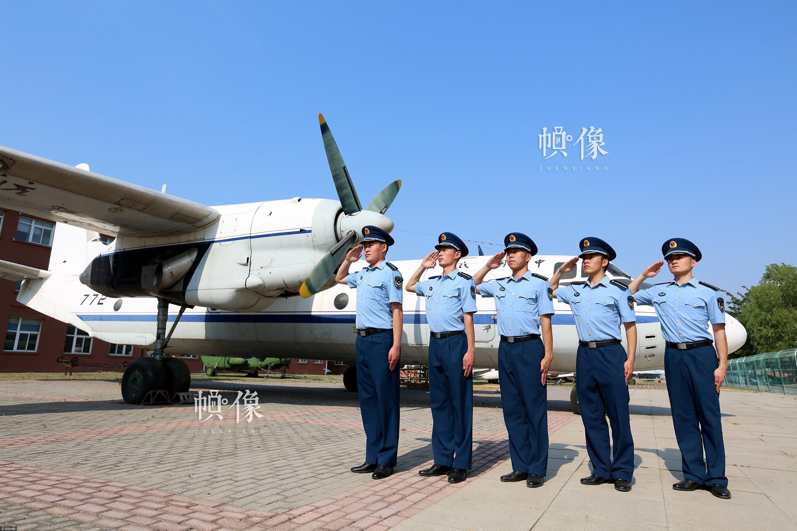 2017年6月14日,辽宁沈阳,又是一年毕业季,即将走出校门、走进军营的沈阳航空航天大学空军后备军官学院的国防毕业生们在校园中拍照留念。视觉中国供图