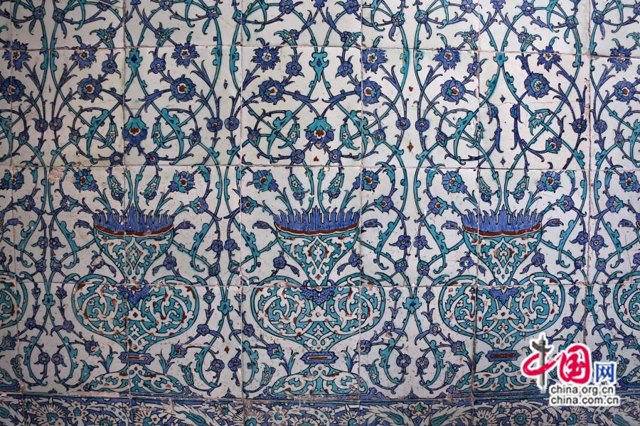 后宫内壁饰满花草纹瓷砖