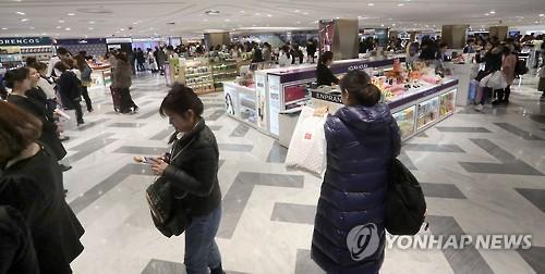 資料圖片:南韓某免稅店的化粧品專區(韓聯社)
