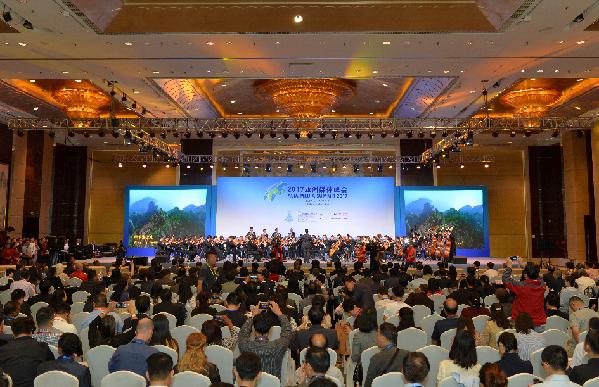2017亚洲媒体峰会开幕式在青岛香格里拉大酒店举行。周光辉 摄 为进一步推动中国与亚太地区各国、丝路沿线国家媒体领域的交流合作,弘扬和平合作、开放包容、互学互鉴、互利共赢的丝路精神,6月6日、7日,由亚太广播发展机构(AIBD)主办、中国国家新闻出版广电总局与青岛市政府联合承办的2017亚洲媒体峰会(2017AMS)在青岛举行。 中共中央政治局委员、国务院副总理刘延东出席开幕式并致辞,强调要强化媒体责任,促进媒体合作,为落实联合国2030年可持续发展议程、构建人类命运共同体注入更多正能量。 本