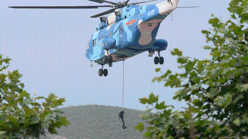 空降兵的反恐演练带军犬'吊威亚'