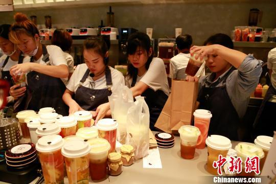 """杭州""""网红""""奶茶店开业半月热度不减"""