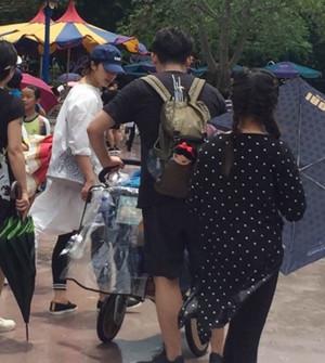 网友偶遇黄磊带满月儿子出游 孙莉恢复纤细身材