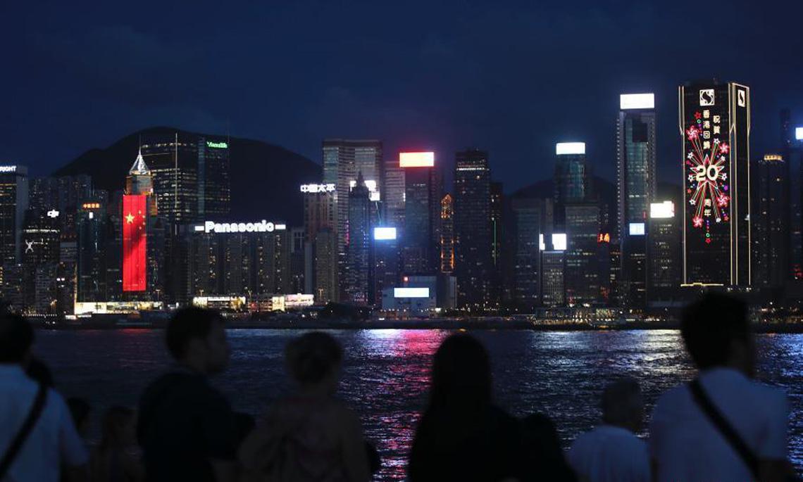 """七一临近 香港维港两侧""""升起""""巨幅国旗和区旗"""