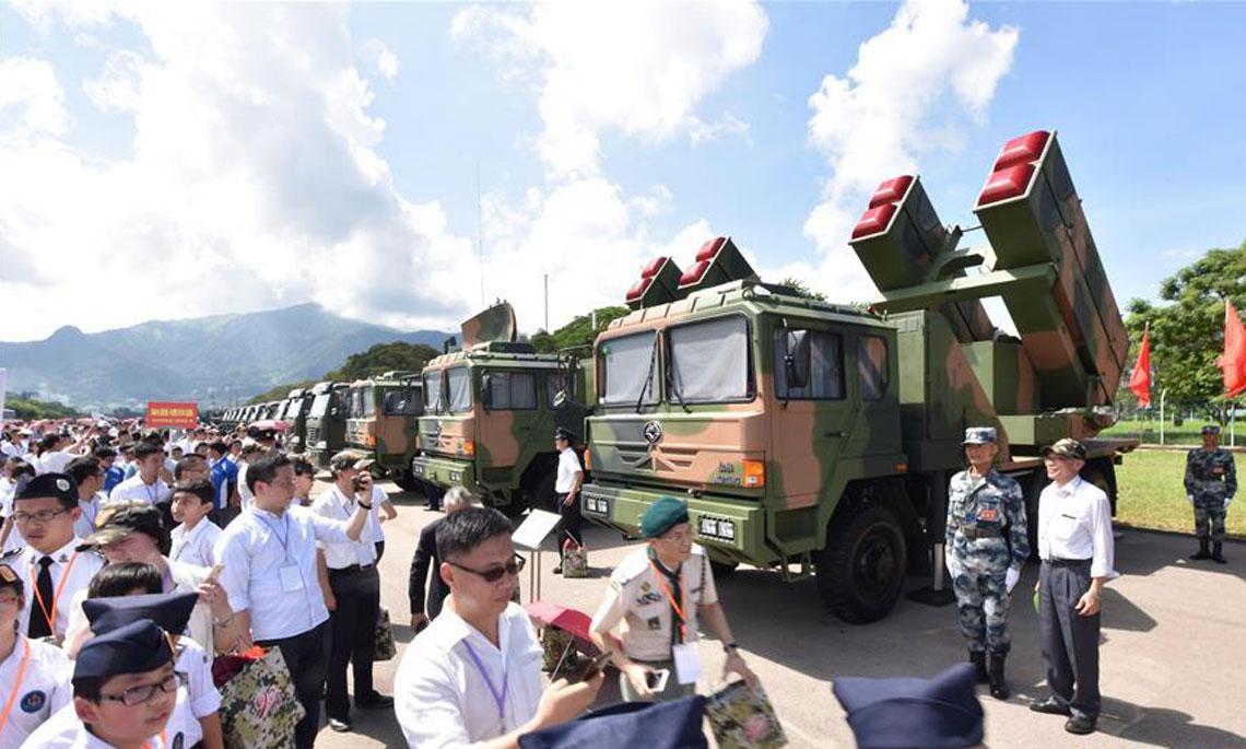 香港市民参观驻港部队石岗军营