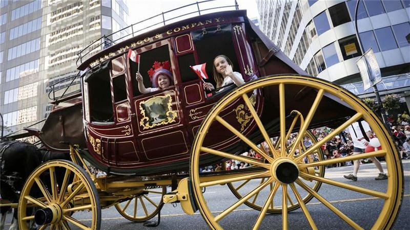 温哥华举行庆祝加拿大建国150周年大巡游