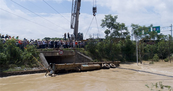 长沙洪水创记录!危急时刻 挂车堵向涵洞口