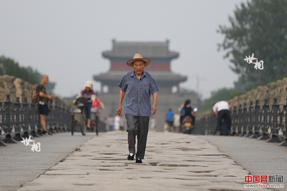 86岁的郑福来走在卢沟桥的石板路上。出生于1931年的郑福来,是80年前卢沟桥事变的亲历者。