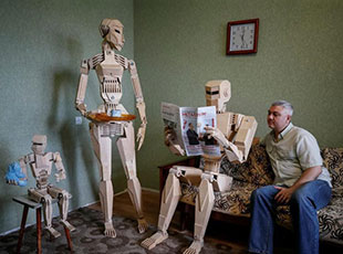 乌克兰男子打造木制机器人