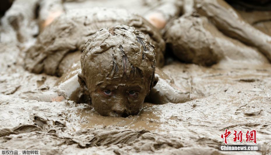当地时间2017年7月11日,美国密歇根州,一年一度的泥浆节在韦斯特兰举行,儿童驰骋泥坑不亦乐乎。