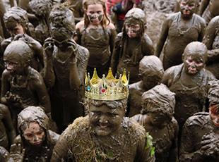 美国举行盛大泥浆节