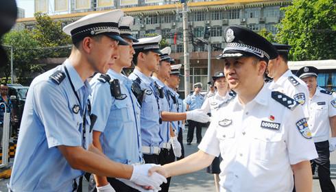 陕西省公安厅领导亲切慰问高温下的一线交警