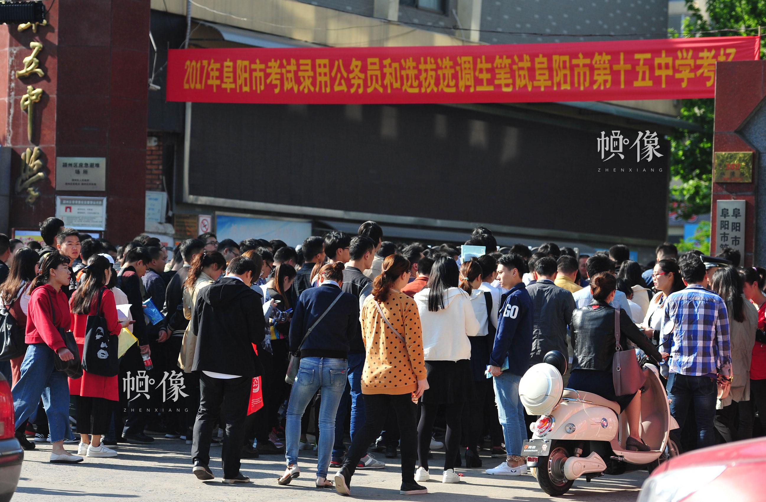 2017年4月22日,考生在安徽阜阳市第十五中考点进场考试。 安新/东方IC