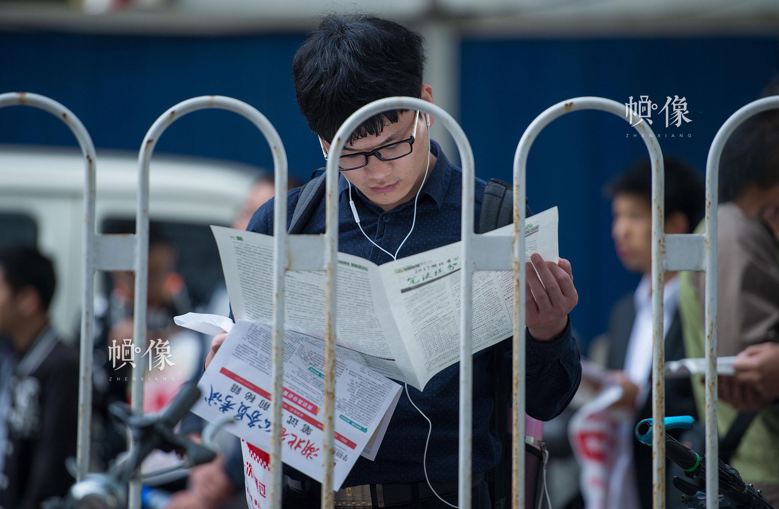 2017年4月22日,湖北省武汉市。在湖北省公务员考试笔试湖北大学考点,考生们在考前抓紧复习。唐麦/东方IC